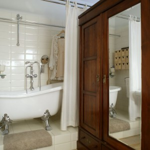 Odrestaurowana, ogromna szafa pełni rolę garderoby. Podobnie jak w pozostałej części mieszkania, na podłodze są ułożone deski dębowe – bielone, a następnie lakierowane. Fot. Monika Filipiuk.