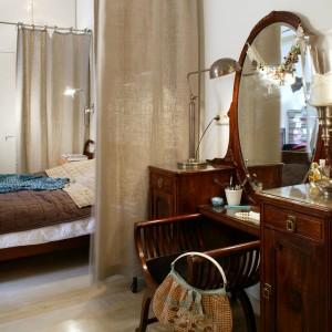 Przepiękna toaletka to pamiątka rodzinna pani domu. Ustawiona blisko łóżka, podkreśla buduarowy charakter gotowalni. Fot. Monika Filipiuk.