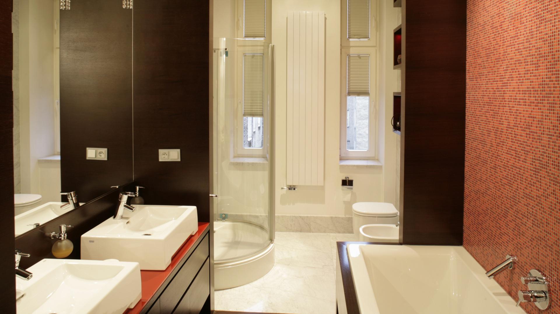 Biały kolor ceramiki łazienkowej oraz przezroczysta szklana kabina prysznicowa idealnie wtapiają się w tło  jasnych ścian i  marmurowej posadzki. Tworzą trzecią część łazienkowego tryptyku. Fot. Bartosz Jarosz.