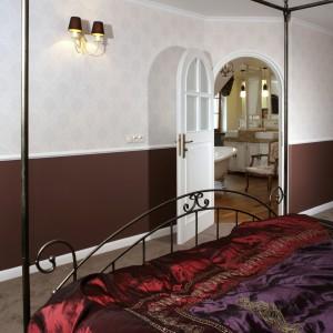Do łazienki można wejść tylko z małżeńskiej sypialni. Oba wnętrza zostały urządzone w takiej samej stylistyce retro. Fot. Monika Filipiuk.