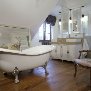Bardzo angielska wanna na lwich łapach i stylizowany fotel przemieniają łazienkę w salon kąpielowy. Fot. Monika Filipiuk.