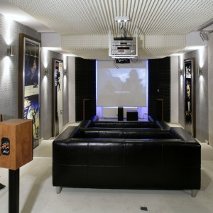 Ściany w sali kinowej są dźwiękochłonne. Dobudowane ścianki oklejono techniczną tapetą, pomiędzy nimi umieszczono wełnę akustyczną i tworzywa wygłuszające i chłonące dźwięki. Fot. Monika Filipiuk.