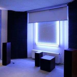"""Ciekawy efekt świetlny daje, co zaskakujące, """"współpraca"""" zwykłych lampek halogenowych zamontowanych na ścianach oraz podświetlających elektrycznie zwijany ekran kinowy. Fot. Monika Filipiuk."""