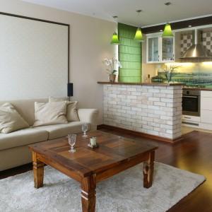 Zastosowana w mieszkaniu paleta barw jest zaczerpnięta z kolorystyki starych cegieł, z których wzniesiono bar. Dzięki beżowej tonacji, panuje tu ciepła, przytulna atmosfera. Fot. Monika Filipiuk.