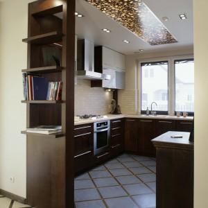 Wykończone na krawędziach ciemnym dekorem płytki (Marazzi) pokrywają podłogę w holu i kuchni, tyle że na granicy obu wnętrz zmieniają kolor z błękitnego (kuchnia) na piaskowy (hol). Fot. Monika Filipiuk.