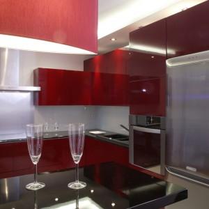 Ten fragment kuchennej przestrzeni został wykorzystany do maksimum – dużo wolnego miejsca jest jeszcze w szafkach ulokowanych nad lodówką i w pionie z piekarnikiem. Fot. Monika Filipiuk.