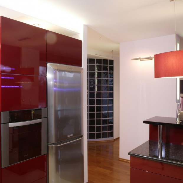 Kolor w kuchni: czerwona zabudowa na wysoki połysk