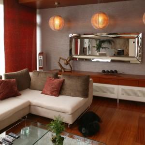 Różne faktury i formy nie zawsze bywają dobrym pomysłem, w tym salonie jest jednak inaczej. Szkło, metal i drewno współistnieją tu w wyjątkowo pokojowy sposób. Fot. Bartosz Jarosz.