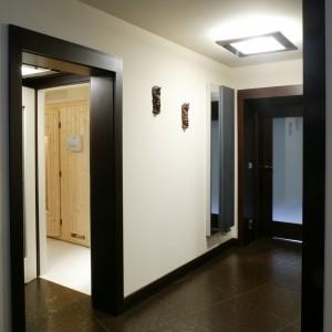 """Podłogę w piwnicznej, """"klubowej"""" części domu pokrywają duże (60x60 cm) płytki metalizowanego gresu. Ma on porowatą, mieniącą się brązem, srebrem i złotem powierzchnię. Fot. Bartosz Jarosz."""