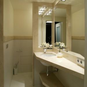 Przestronna i elegancko zaaranżowana strefa umywalki oraz ukryty za półścianką sedes stanowią przedsionek domowego zakątka SPA. Fot. Bartosz Jarosz.