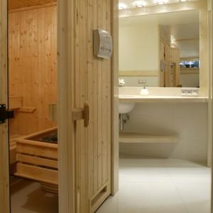 Sauna znajdująca się w podpiwniczeniu to jedyny element w tej łazience, który pozostał jako scheda po poprzednich właścicielach. Fot. Bartosz Jarosz.