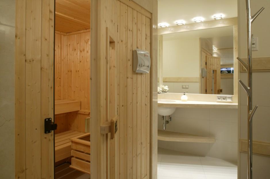 Sauna wypełniła narożnik pomieszczenia tuż przy wejściu do strefy relaksu. Została przeniesiona z poprzedniego domu właścicieli. Fot. Bartosz Jarosz.
