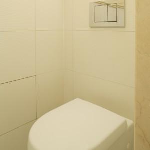 Skrzętnie ukryty za marmurową ścianką sedes pozostaje niewidoczny z każdego miejsca w łazience. Fot. Bartosz Jarosz.