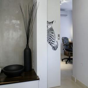 Jedno z dwóch zdjęć zebr naturalnej wielkości, jakie pojawiają się w mieszkaniu. Tutaj – na przesuwanych drzwiach, prowadzących do gabinetu, z którego korzysta głównie pan domu, pracując w nim i odpoczywając. Fot. Monika Filipiuk.