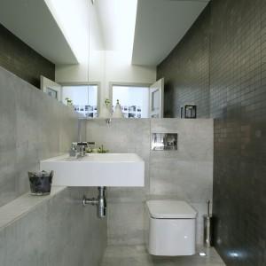 Z pozoru niewielka toaleta zyskała przestrzeń – szerszą perspektywę stworzyło odbicie w lustrze, w którym można się ujrzeć zaraz po wejściu do łazienki. Fot. Monika Filipiuk.