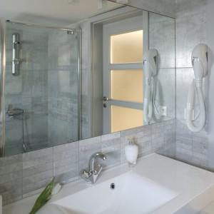 Kompozytowa umywalka o geometrycznym kształcie i eleganckiej, lśniącej powierzchni to propozycja firmy Marmorin. Fot. Monika Filipiuk-Obałek.