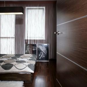 Mięciutki dywan z naturalnych surowców w kolorze kości słoniowej i dekoracja okna typu kordon, nadają wnętrzu przytulności i ciepła. Fot. Monika Filipiuk.