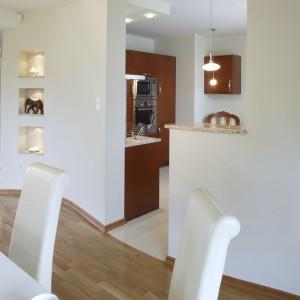 Jadalnia, tak jak kuchnia, jest przytulnym i eleganckim wnętrzem. Podłogę pokrywa jasne, egzotyczne drewno. Fot. Monika Filipiuk.