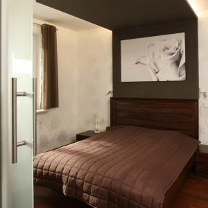 Łóżko to najbardziej efektowny element wystroju sypialni. Wielkie wrażenie robi jego oryginalny baldachim, wzbogacony dodatkowo o artystyczną fotografię róży i ukryte w górnej części, klimatyczne oświetlenie. Fot. Bartosz Jarosz.
