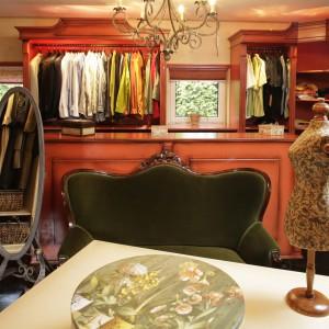Ubrania zostały umieszczone w stylowych, pozbawionych frontów szafach. Wysokie lustra i żyrandol specjalnie zaprojektowano i wykuto ze stali. Fot. Bartosz Jarosz.