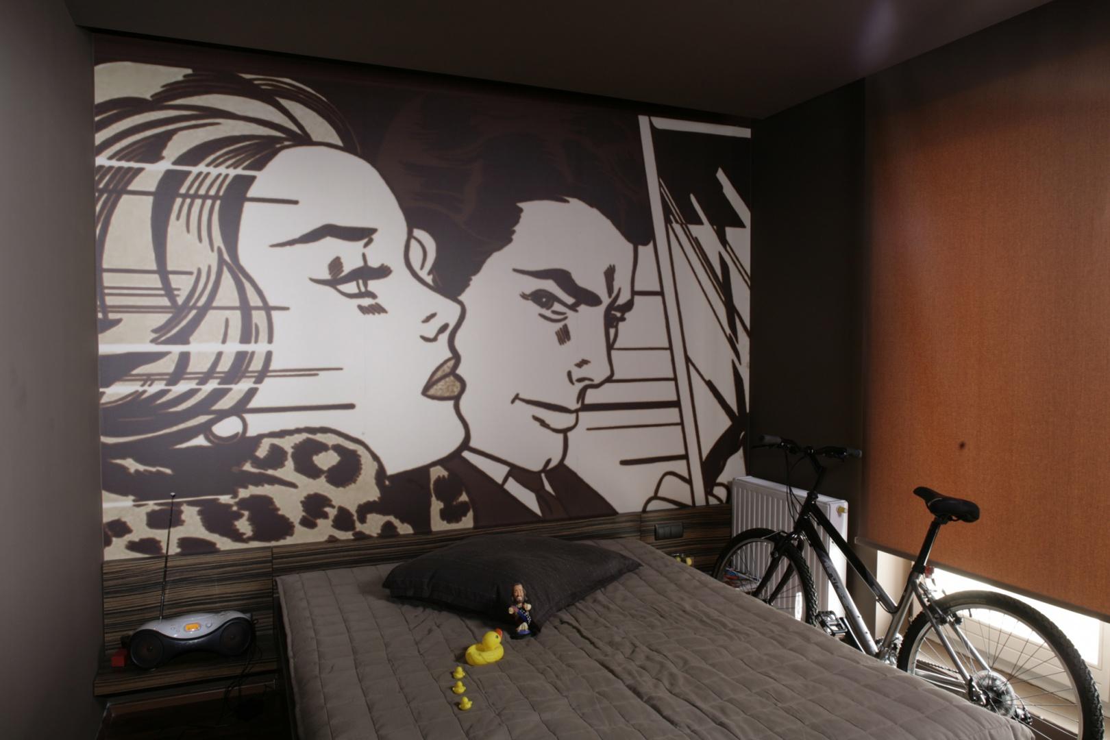 Główna ściana sypialni robi mocne wrażenie - w całości pokryto ją, zrobioną na zamówienie, tapetową reprodukcją jednego z obrazów Roya Lichtensteina. Fot. Bartosz Jarosz.