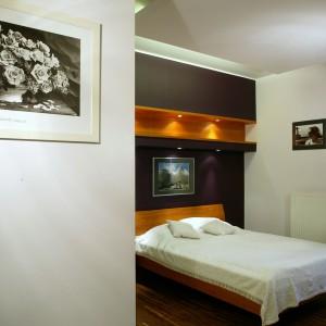 Drewno, ulubiony materiał właścicieli, jest w sypialni wszechobecne. Podłoga została wyłożona tekiem, meble i ścienne półki zrobiono z drewna badi. Fot. Bartosz Jarosz.