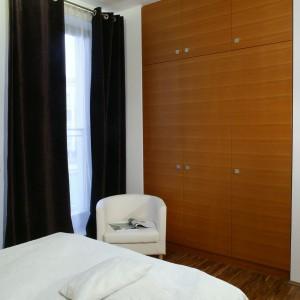 Pojemne, wysokie do sufitu szafy wnękowe, to bardzo funkcjonalne rozwiązanie w sypialni. Fot. Bartosz Jarosz.