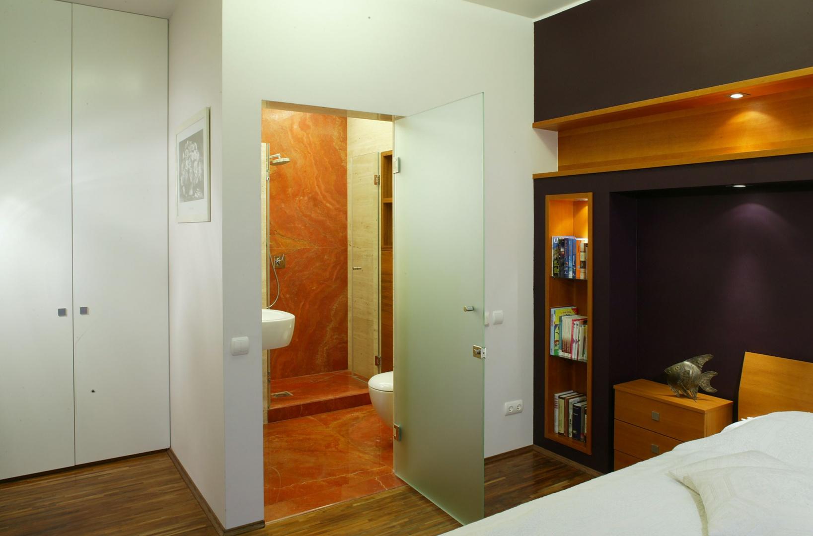 Tuż przy sypialni znajduje się łazienka – tylko do dyspozycji małżonków. Prowadzą do niej drzwi z satynowego szkła. Fot. Bartosz Jarosz.