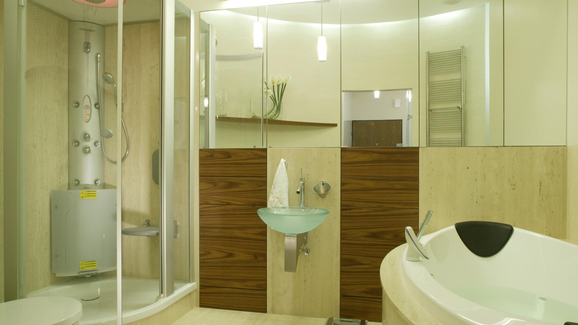 Ta łazienka ma zaspokajać wszystkie potrzeby. Dlatego nie zbrakło tu wielofunkcyjnej kabiny z hydromasażem i łaźnią parową oraz wygodnej wanny z zagłówkami. Fot. Monika Filipiuk.