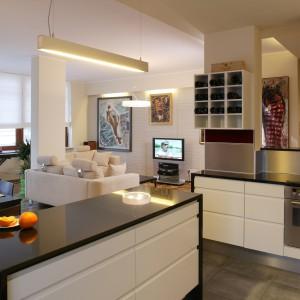 Zza kuchennej wyspy rozciąga się widok nie tylko na jadalnię i salon. Z tego miejsca doskonale widać rozdzielenie stref w tym jednoprzestrzennym pomieszczeniu. Fot. Tomek Markowski.