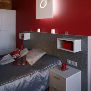 Wezgłowie łóżka, z włoskiej płyty laminatowej o grubości 10 cm, to projekt Doroty Koziary. Bardzo wygodne i praktyczne, z wiszącymi stolikami nocnymi Fot. Monika Filipiuk.