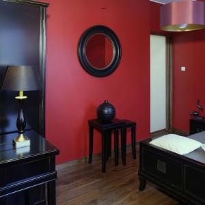 Delikatne oświetlenie zostało znakomicie dobrane, zarówno do stylistyki, jak i  funkcji pomieszczenia. Żyrandol (AlmiDecor) oraz lampka (Galeria Cytrynowa) podkreślają intymną atmosferę miejsca. Fot. Monika Filipiuk.