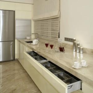Utrzymanie porządku w kuchni bardzo ułatwiają systemy szuflad Blum. Do ich zalet należy możliwość pełnego wysuwu i wspomaganie otwierania. Fot. Monika Filipiuk.