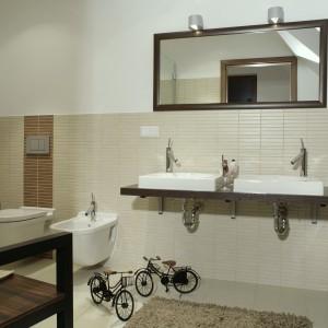 Nowoczesna aranżacja łazienki. Nablatowe umywalki i wygodna wanna