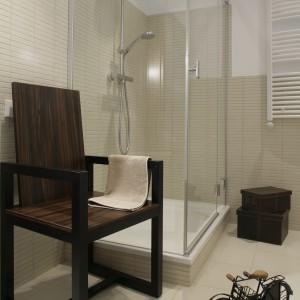 W szklanej kabinie prysznicowej firmy Koło widoczne są tylko zawiasy i dyskretne listwy. Duży brodzik (80x120) oraz kolumna prysznicowa zapewniają przyjemną kąpiel. Fot. Monika Filipiuk.