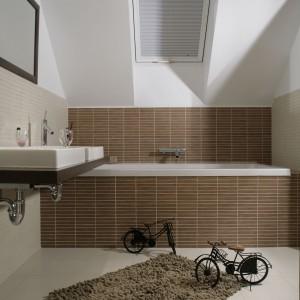 """Skoro to intymna łazienka dla dwojga, wanna musi zapewniać możliwość wspólnej kąpieli. Model """"Vero"""" firmy Duravit ma nie tylko blisko 2 m długości, ale też dwa symetryczne oparcia. Fot. Monika Filipiuk."""