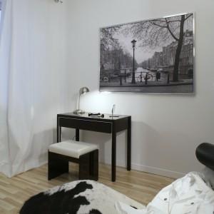 Sypialnia posiada klimatyzację, którą projektant tak umiejętnie wkomponował w wystrój wnętrza, że jest ona niewidoczna gołym okiem. Jedynie nad szafą można zauważyć kratki wentylacyjne, dzięki którym cały czas panuje tu idealna temperatura. Fot. Monika Filipiuk.