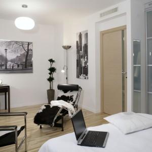 Prosta forma i kolor toaletki idealnie komponuje się z klasykami współczesnego designu: leżakiem Le Corbusiera i krzesłem Charlesa-Edouarda Jeannereta. Fot. Monika Filipiuk.