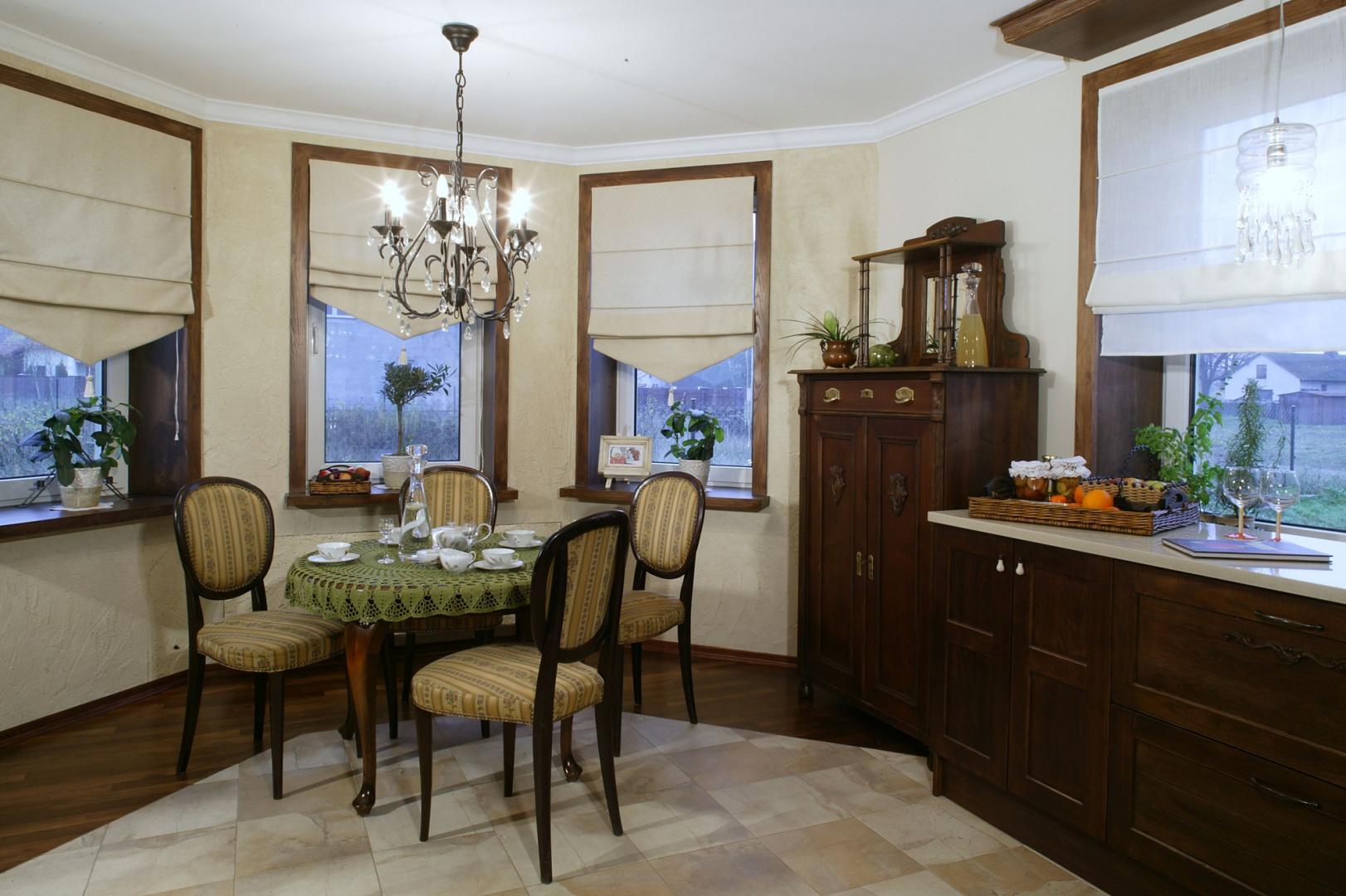 """Okrągły stolik z krzesłami, jak i wiele innych starych mebli, to cenne trofea, które pani domu zdobyła """"podróżując"""" po sklepach internetowych. Porcelana i obrus zaliczają się do licznych pamiątek po babci. Fot. Monika Filipiuk."""