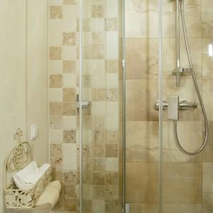 Narożna kabina prysznicowa pochodzi z oferty firmy Koło. Dzięki ograniczonej ilości fug, jest niemal niewidoczna. Fot. Monika Filipiuk.