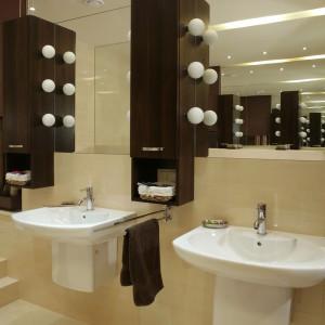 Dwie umywalki to świetny pomysł – nie trzeba czekać na swoją kolej, tylko po to, by umyć zęby. Oświetlenie szafek – wielkie, niczym nieosłonięte żarówki, to dość niecodzienny widok, ale jakże ciekawy! Fot. Monika Filipiuk