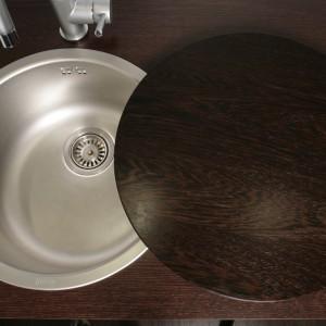 Gdy półwysep ma pełnić wyłącznie funkcję baru albo stołu jadalnianego, zlewozmywak można zamaskować specjalną, okrągłą pokrywą. Fot. Bartosz Jarosz.