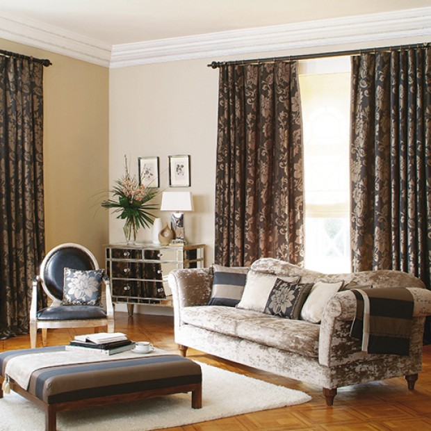 Dekoracje okna w tradycyjnym stylu: ozdobne zasłony i firany