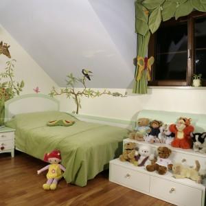 Podłogę w pokoju pokrywa, pochodzące z Ameryki Południowej, drewno jatoba, nazywane czasem diamentową (z racji na odporność) wiśnią (z racji na walory estetyczne). Fot. Monika Filipiuk.