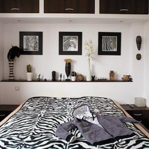 Sypialnia w stylu safari. Motywem przewodnim jest zebra, która nadała wnętrzu czarno-biały rytm. Fot. Bartosz Jarosz.