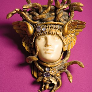 Gorgona w kolorze złota, wysadzana kamieniami, to dodatek wnoszący do eklektycznej aranżacji odrobinę antyku. Fot. Bartosz Jarosz.