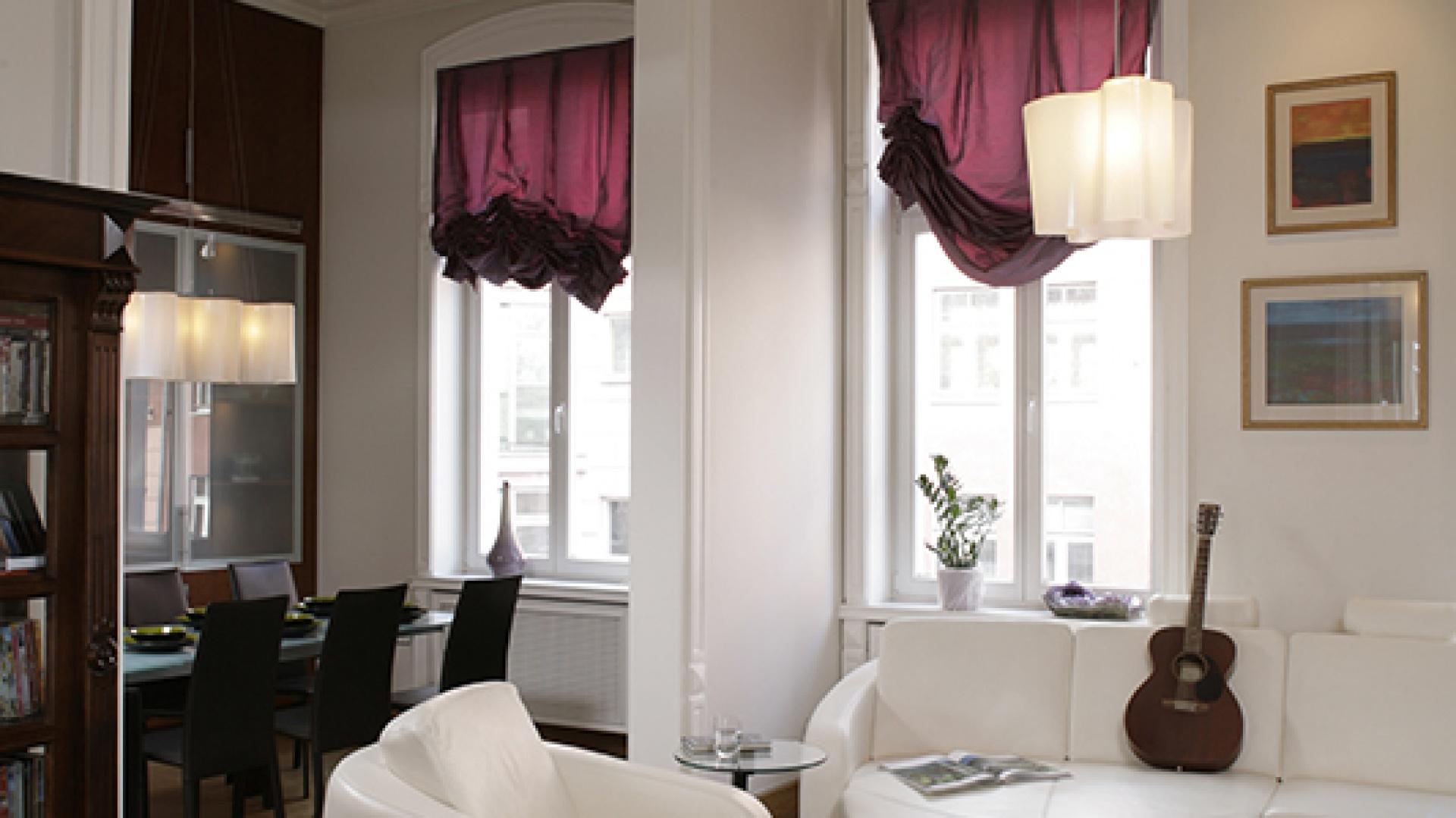 Gipsowa sztukateria ozdabia framugi okien, otwór wejściowy i krawędzie ścian. Dodaje im elegancji i burzy monotonię ich dużych, białych powierzchni. Fot. Bartosz Jarosz.