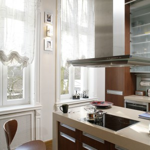 Wyspa kuchenna, tak jak blaty, wykonana została z corianu. Okap pochodzi z firmy Miele. Fot. Bartosz Jarosz.