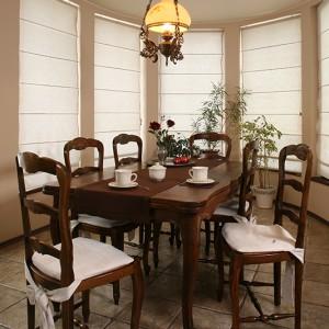Bogate zdobienia struktury krzeseł oraz niezwykle subtelne obicia dodają sentymentalnej, prowansalskiej nuty utrzymanej w naturalnej prostocie jadalni. Fot. Bartosz Jarosz.