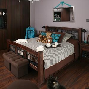 Łóżko, najważniejszy mebel w sypialni, musiało spełniać kilka oczekiwań: być duże, z ciemnego drewna, z metalowymi elementami w kolorze czarnym. Tym razem również się udało! Znaleźli takie łóżko w stylu indyjskim i byli nim zauroczeni. Fot. Bartosz Jarosz.
